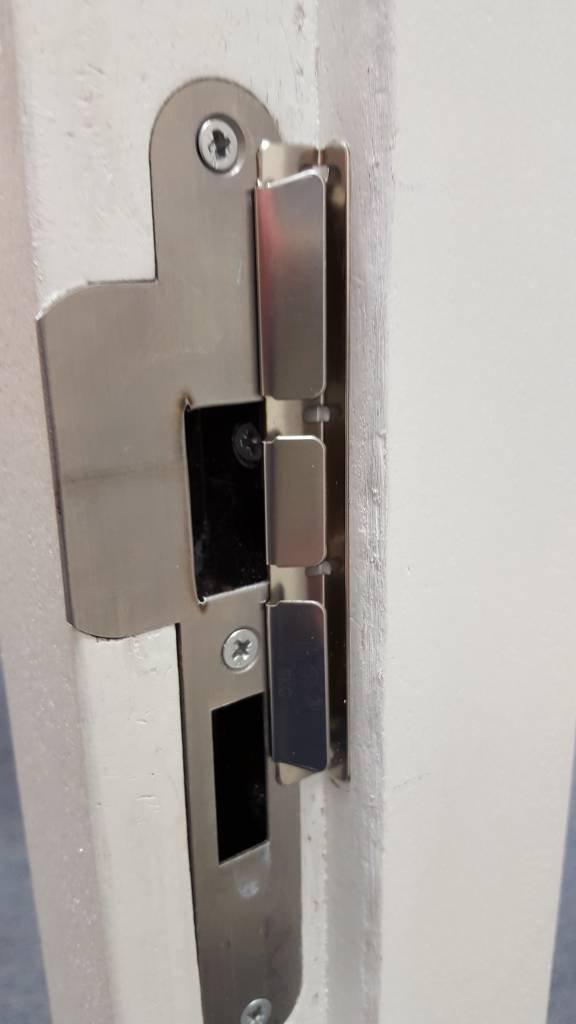 Voordeurbeveiliger op een deur