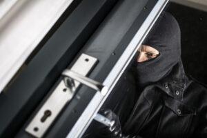 Het lukt deze inbreker niet om de deur open te flipperen met een pasje
